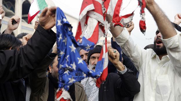 Iraner verbrennen eine US-Flaggen nach der Tötung des iranischen Generals Soleimani durch die USA.