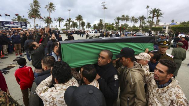 Trauernde während einer Beerdigung von Militärkadetten in Tripolis nach einem Luftangriff vom Samstag.