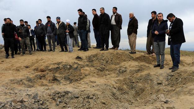 Raketen-Krater, der durch eine vom Iran auf US-Stützpunkt abgefeuerte Rakete verursacht wurde.