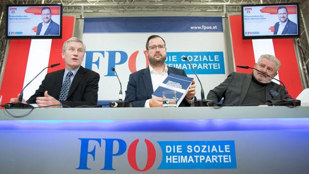 Christian Hafenecker (Mitte) während der Präsentation des Berichts der Freiheitlichen Partei Österreichs FPÖ zu ihrer Vergangenheit in Wien am 23. Dezember 2019.