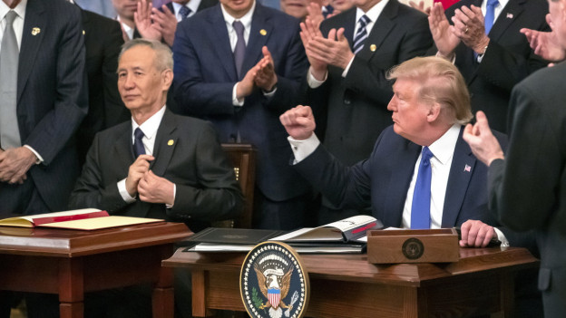 US-Präsident Donald Trump und der chinesische Premier Liu He unterzeichnen das Handelsabkommen.