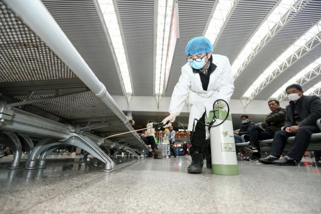 Ein Arbeiter desinfiziert einen Bahnhof in der chinesischen 5-Millionen-Stadt Nanchang