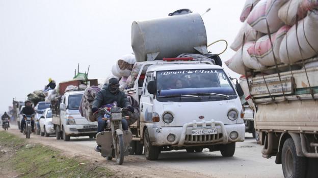 Menschen fliehen aus der Provinz Idlib in Richtung türkische Grenze (29.1.2020).