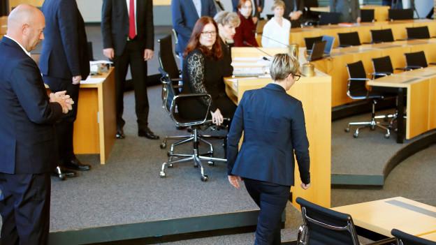 Aus Protest gegen die Wahl von Thomas Kemmerich (FDP) verweigert Linken-Landeschefin Susanne Hennig-Wellsow den Handschlag und wendet sich ab.
