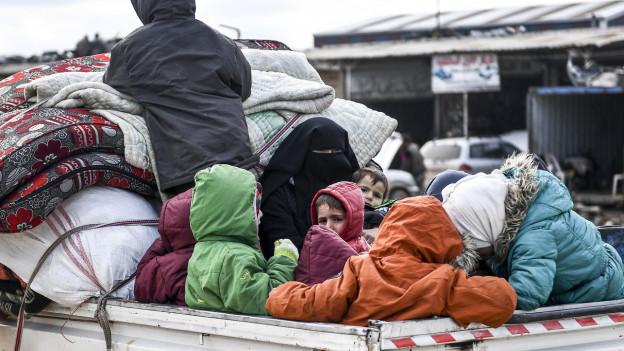 Tausende Zivilisten fliehen aus Idlib Richtung Norden.
