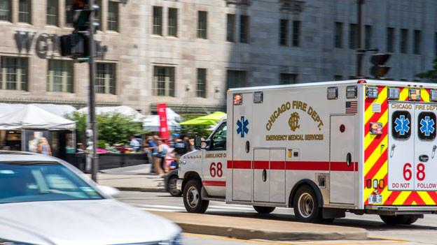 In den USA sind die Kranken-Versicherungen teuer und decken längst nicht alles ab. Der Selbstbehalt ist hoch. Und das ist nicht das einzige Problem im amerikanischen Alltag. Schlechte Schulen, teure Universitäten, Gewalt und knappe Renten. Der Mittelstand ist unter Druck. Bild: Notarzt-Fahrzeug im Einsatz in Chicago, Illinois.