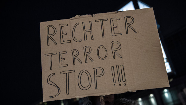 Auf dem Bild ist ein Plakat zu sehen, an einer Mahnwache in Berlin.