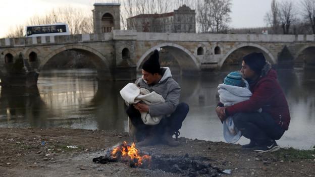 Flüchtlinge in der Nähe des Grenzflusses Edirne in der Türkei.