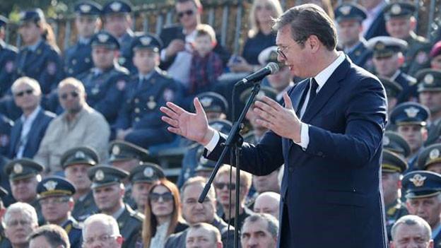 Serbiens Präsident Aleksandar Vucic hält eine Ansprache bei einer Miltiärparade.