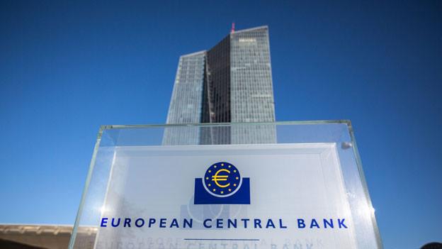 Das Logo und das Gebäude der Europäischen Zentralbank in Frankfurt.