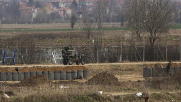 Auf dem Bild ist ein Militärfahrzeug zu sehen, entlang der türkisch-griechischen Grenze.