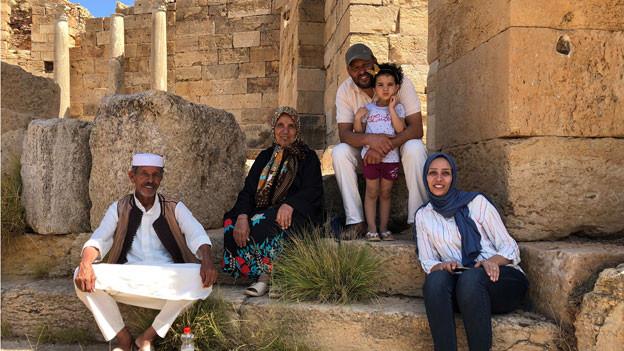 Eine libysche Familie in Leptis Magna am Mittelmeer.