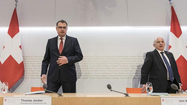 Finanzminister Ueli Maurer (rechts) und Thomas Jordan, Direktor der Schweizer Nationalbank, an der Medienkonferenz am 25. März in Bern.