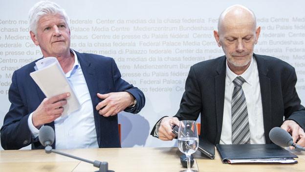 Hans-Peter Lenz, Leiter Krisenmanagementzentrum des EDA und Daniel Koch, Leiter Abteilung Übertragbare Krankheiten des BAG, von links, informieren über den weiteren Verlauf und die Massnahmen gegen die Ausbreitung des Corona-Virus.
