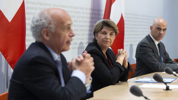 Bundesrat Ueli Maurer spricht neben Bundesrätin Viola Amherd und Bundesrat Alain Berset während einer Medienkonferenz des Bundesrates über die Situation des Coronavirus, am Mittwoch, 22. April 2020 in Bern.