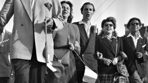 Schweizer Jugendliche: Lachend und Arm in Arm feiern sie das Kriegsende.