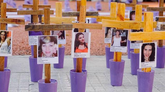 Angehörige ermordeter Frauen haben im Zentrum von Buenos Aires Hunderte von Kreuzen aufgestellt – die Toten sollen nicht vergessen werden.