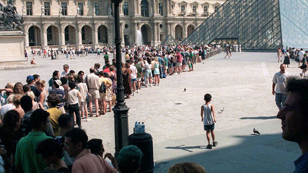 Warteschlange vor dem Louvre in Paris. Archivbild.
