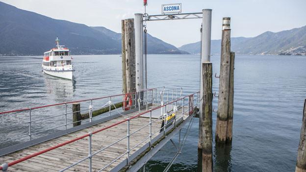 Ein Passagierschiff fährt die Haltestelle Ascona an im Lago Maggiore im Tessin.