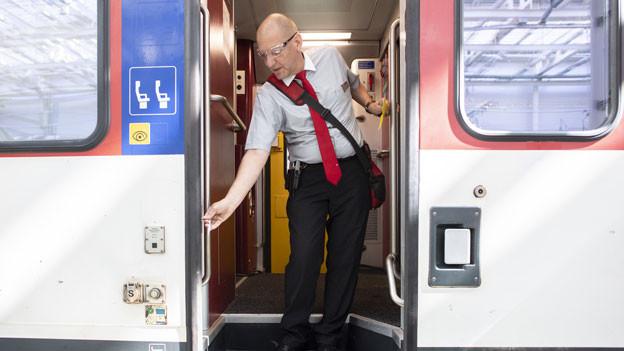 Stefan Spoerri, Chef Kundenbegleitung SBB, zeigt den Ablauf bei der Türschliessung anlässlich eines Point de Presse zur Sicherheit von Zugtüren nach einem tödlichem Unfall eines Chef-Kundenbegleiters.