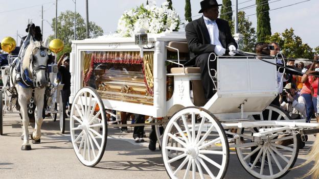 Goldiger Sarg, weisse Kutsche: die Trauerfeier zu Ehren von George Floyd.