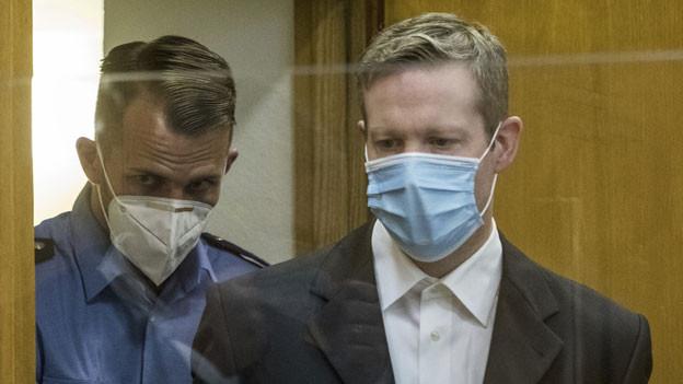 Der Angeklagte Stephan Ernst (rechts),  der des Mordes am Politiker Walter Lübcke angeklagt ist, am ersten Verhandlungstag im Frankfurter Oberlandesgericht.