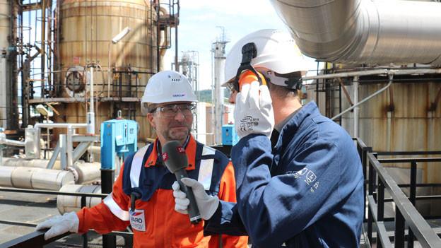 Reinout Houttuin, Direktor der Raffinerie in Cressier (links), im Gespräch mit SRF-Redaktor Klaus Ammann.