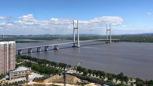 Symbol einer schwierigen Beziehung: Chinas Autobahnbrücke über den Yalu endet in Nordkorea auf einem offenen Feld.