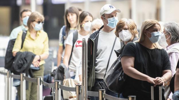Flughafengäste im Flughafen Zürich. Symbolbild.