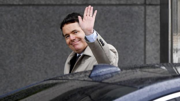 Der irische Finanzminister und neue Chef der Eurogruppe, Paschal Donohoe, winkt den Medien zu.