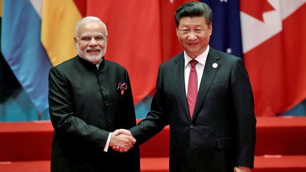 Händeschütteln zwischen Indiens Premierminister Modi (links) und Chinas Präsident Xi.