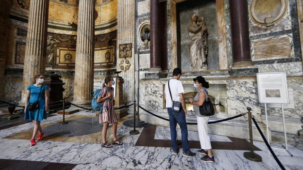 Nur wenige Touristen am 9. Juni 2020 im Pantheon in Rom