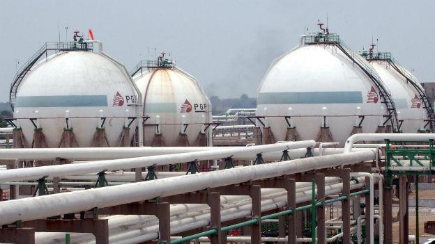 Zu sehen ist eine grosse Oelförderanlage der Firma Pemex mit zahlreichen Rohren und weissen Tanks.