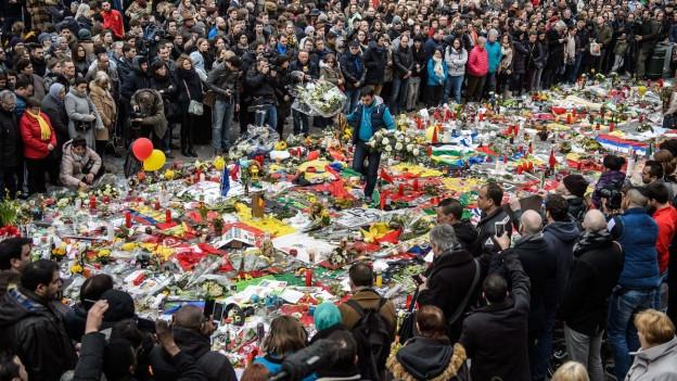 Das BIld zeigt Trauernde nach den Anschlägen in Brüssel