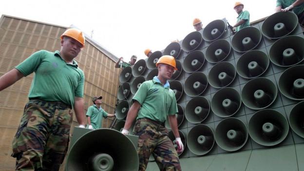 Auf dem Bild zu sehen sind südkoreanische Soldaten die Lautsprecher an der innerkoreanischen Grenze abbauen