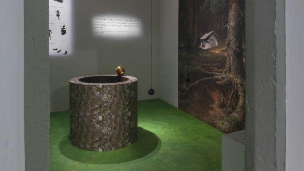 Ein Brunnen, eine goldene Kugel: Szene aus dem «Froschkönig».