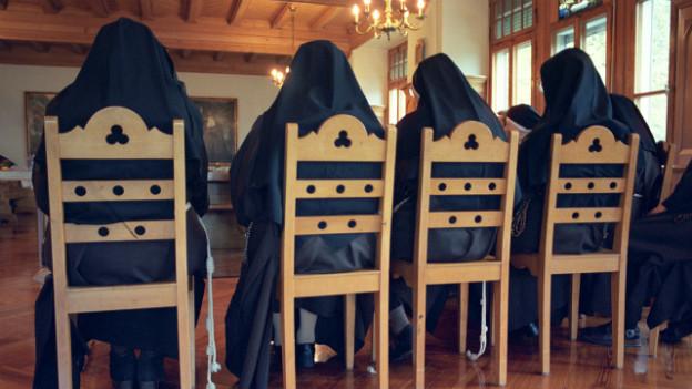 Symbolbild: Franziskaner-Nonnen an einer Sitzung.