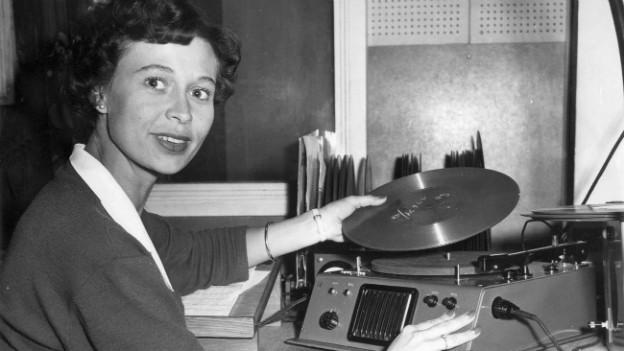 Archivaufnahme: Eine Mitarbeiterin des Sonder-Kundendienstes der Deutschen Bundespost in München spricht 1957 Wahlergebnisse auf Schallplatten.