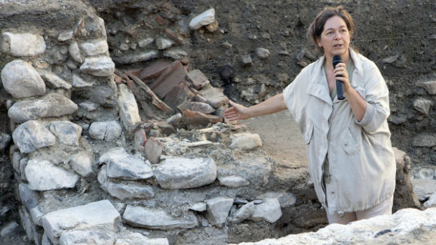 Archälogische Funde in St. Maurice: Ausgrabungsleiterin Alessandra Antonini zeigt auf die Überreste einer Kirche.