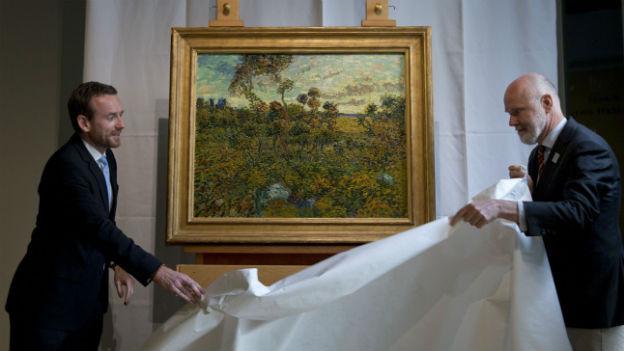 Die Museumsverantwortlichen präsentieren «Sonnenuntergang bei Montmajour» an einer Pressekonferenz.