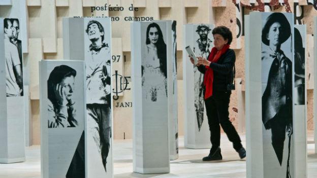 Bilder von brasilianischen Autoren im Pavillon des Gastlandes.