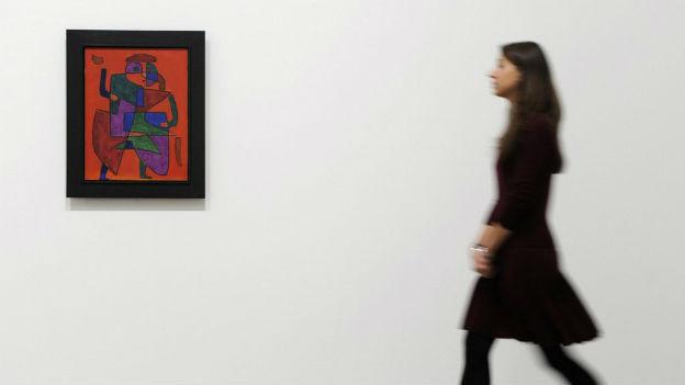 Paul Klee in London mit Besucherin.