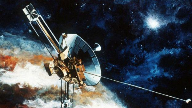Die Sonde Pioneer 10 vor dem Planeten Pluto, wie ein Künstler sie sich vorgestellt hat.