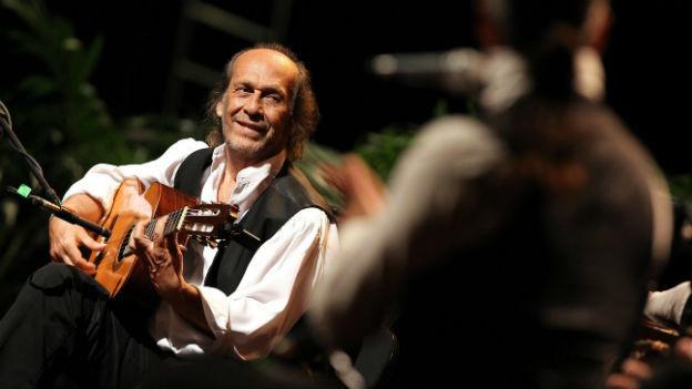 Paco de Lucia spielt Gitarre an einem Konzert auf Kuba