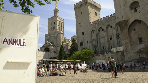 Eine wegen Streik geschlossene Theaterkasse in Avignon im Sommer 2003.