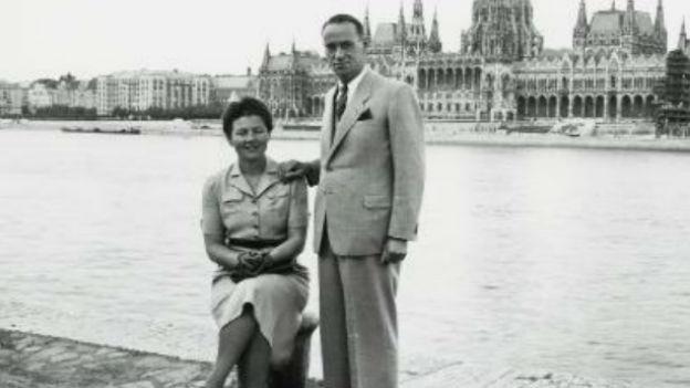 Schwarzweissaufnahme von Carl Lutz am Donau-Ufer in Budapest.