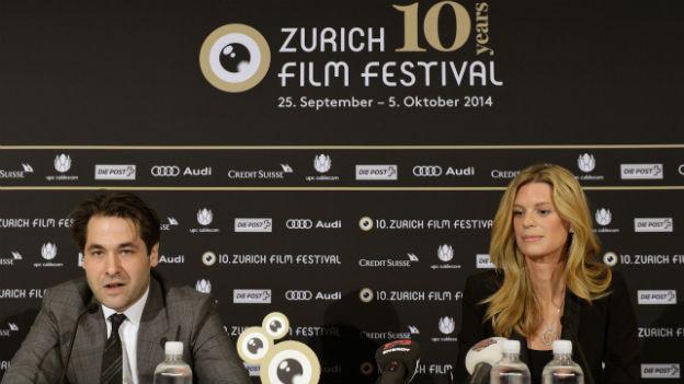 Karl Spoerri, links, Artistic Director und Nadja Schildknecht, rechts, Managing Director orientieren an einer Medienkonferenz in Zürich über das Programm des 10. Zurich Film Festivals.