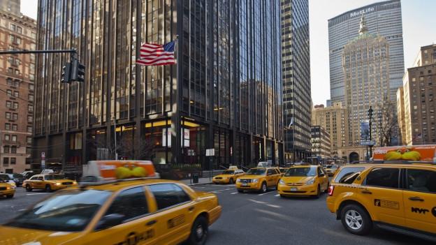Gelbe Taxis stehen vor dem UBS-Sitz an der Park Avenue in New York City, 2012.
