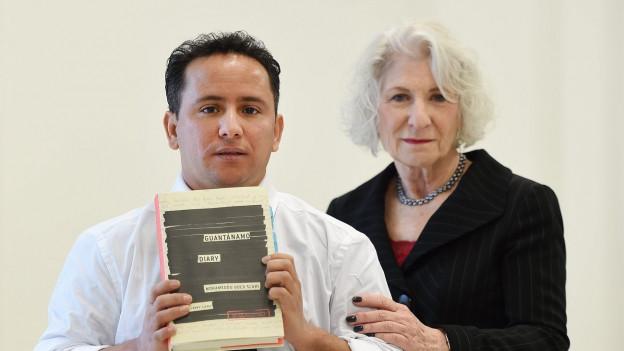 Der Bruder des Guantanamohäftlings Slahi an der Vernissage des Guantanamo-Diary