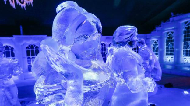 Eine Skulptur geform aus Eis nach dem Vorbild der Darstellerinnen aus dem Disney-Film «Frozen».